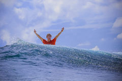 Серфер на изумительной голубой волне Стоковое Изображение RF
