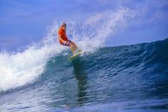 Серфер на изумительной голубой волне Стоковая Фотография