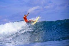 Серфер на изумительной голубой волне Стоковые Фотографии RF