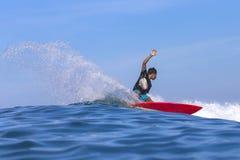Серфер на изумительной голубой волне Стоковые Изображения RF