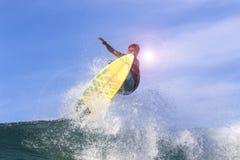 Серфер на изумительной голубой волне Стоковые Изображения