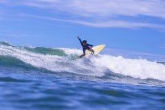 Серфер на изумительной голубой волне Стоковые Фото