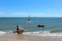 Серфер на пляже - группа в составе windsurfer на океане Стоковое Фото