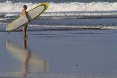 Серфер на пляже Стоковые Фотографии RF