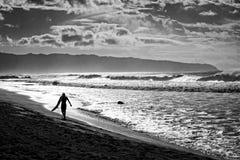 Серфер на пляже Стоковое Фото