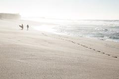 Серфер на пляже Стоковые Изображения