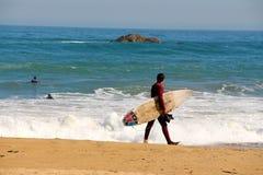 Серфер на пляже Vina Del Mar, Чили Стоковое фото RF