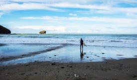 Серфер на скалистом побережье Корнуолла, Англии стоковое фото