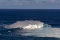 Серфер на Peahi или челюсти занимаются серфингом пролом, Мауи, Гаваи, США Стоковое Фото