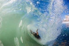 Серфер обтирает вне волну внутренности полую разбивая Стоковое Изображение