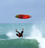 Серфер падая вниз от surfboard стоковая фотография