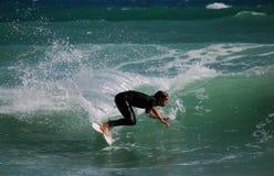 Серфер поворачивая дальше волну Стоковая Фотография RF
