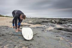 Серфер подготавливая заниматься серфингом стоковые изображения rf