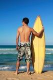 серфер прибоя удерживания доски Стоковое Фото