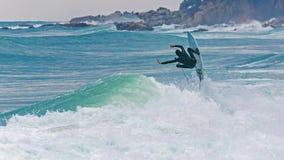 Серфер скача на большой спорт волны, Стоковая Фотография