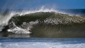 Серфер улавливая большую волну Стоковое Изображение RF