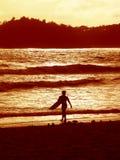 Серфер 2 захода солнца стоковые фотографии rf