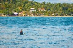 Серфер Sri Lankan сидя штилевой океан Unawatuna Стоковые Фотографии RF