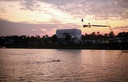 Серфинг в спортивном центре водных видов спорта стоковые изображения
