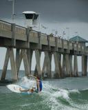 Серфинг на летний день Стоковое фото RF