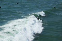 Серфинг на Huntington Beach Калифорнии Стоковая Фотография