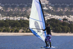 Серфинг windsurfer девушки Стоковые Фото