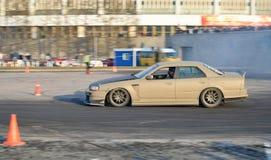 Серые гонки команды гоночного автомобиля на следе около CCM на автомобиле s мира Стоковая Фотография