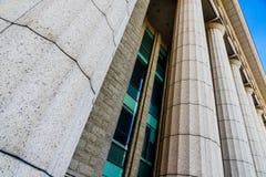 Серые детали мраморного столбца на здании стоковые изображения rf