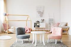 Серые и розовые стулья стоковое изображение