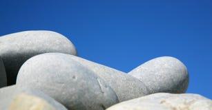 серые камушки круглые приглаживают стоковое фото