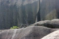Серые красивые утесы на береге острова Стоковые Фото