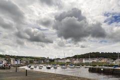 Серые небеса над гаванью Aberaeron стоковые фотографии rf