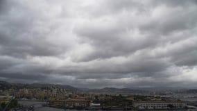 Серые облака летая над городом Пизы, взглядом старого красивого городка в Италии видеоматериал