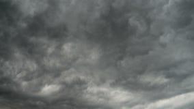 Серые облака шторма двигая в небо Промежуток времени Циклон грозы Курчавые облака низки акции видеоматериалы