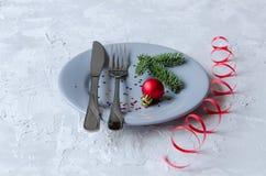 Серые плита, нож и вилка Сервировка стола Нового Года и рождества Стоковые Фотографии RF