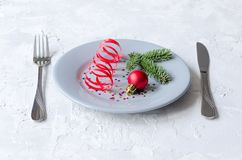 Серые плита, нож и вилка Сервировка стола Нового Года и рождества Стоковые Изображения