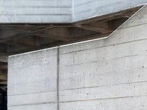 Серые стены литого бетона с наклонами и углами текстурируют backgr стоковые изображения