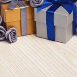 Серые цветки и 2 подарочной коробки Стоковое Фото