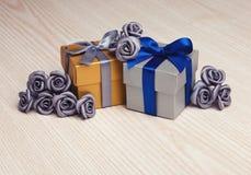 Серые цветки и 2 подарочной коробки Стоковая Фотография