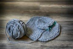 Серые handmade скатерти cottoncord на крюке вязания крючком Стоковое Изображение RF