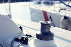 Серый ворот на белой яхте без перлиня Стоковые Изображения