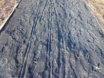 Серый гравий или каменные путь или след с печатями велосипеда и ботинка стоковая фотография rf