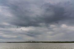 Серый день на воде Стоковая Фотография RF