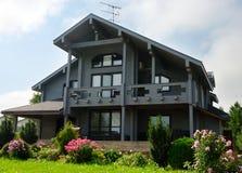 Серый деревянный дом Стоковая Фотография RF