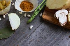 Серый деревянный стол с овощами, луками, грибами, перцами, a Стоковое Изображение RF