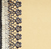 Серый и белый шнурок на бежевой бумаге Стоковая Фотография RF