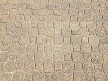 серый каменный восьмиугольник и квадратные плитки на поле стоковые изображения rf