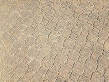 серый каменный восьмиугольник и квадратные плитки на поле стоковое изображение