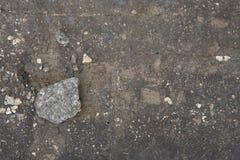 Серый камень лежит на доске в земле стоковые фотографии rf