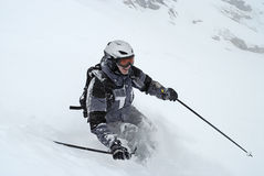 серый костюм катания на лыжах лыжи человека Стоковое Изображение